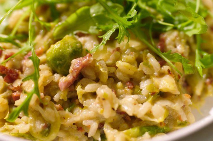 Deze winterse risotto met spek, spruiten en veel kaas is puur comfortfood. Gebruik altijd 1 lepel rijst op 2 lepels bouillon en roer de rijst niet om nadat je er de bouillon hebt bij gedaan. Als je de risotto op een zacht vuur laat garen, zal hij niet aan de pan kleven.