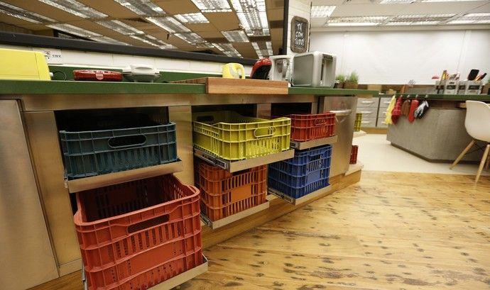 Seguindo o mesmo clima da decoração, caixotes coloridos para separar os objetos maiores.