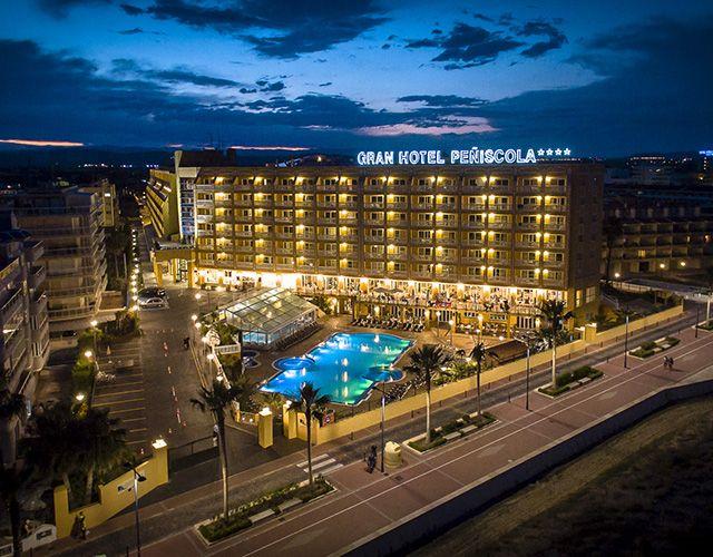 Situado en primera línea de playa, frente al paseo marítimo el Gran Hotel de Peñíscola cuenta con un gran spa y una piscina al aire libre. La zona de spa incluye piscina climatizada, sauna, baño de vapor y bañeras de hidromasaje, disponibles por un suplemento. También se ofrecen varios tratamientos de bienestar y belleza, por un suplemento. Las habitaciones del Gran Hotel Peñiscola disponen de aire acondicionado y balcón. Hay WiFi gratuita en todo el hotel.  #hotel #granhotelpeñiscola…