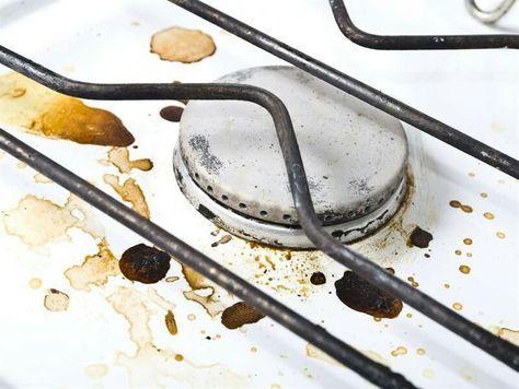 Vidbränd mat Om du har bränt fast maten i kastrullen, häll i vatten så det täcker botten och lite till. Tillsätt två teskedar bikarbonat, låt blandningen koka upp. Låt svalna, och skrapa sedan bort den fastbrända maten. För att göra ren spisplattorna, häll på ättika och en hel del bakpulver. Blandningen kommer att börja bubbla, låt detta verka ett tag och torka sedan rent med trasa och ljummet vatten.