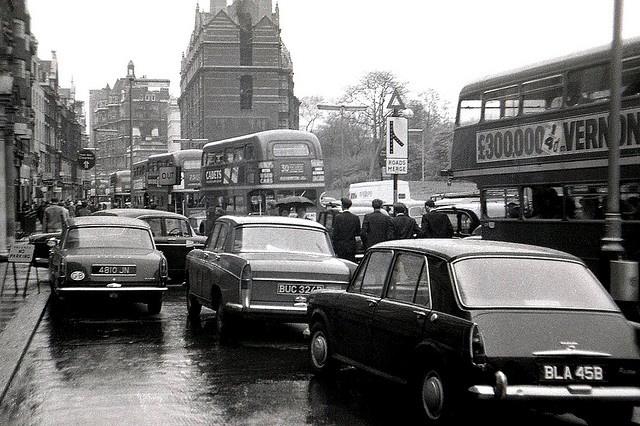 Traffic in Knightsbridge, London (England) 1960s.