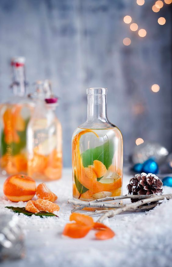 Perfect Christmas gift makes for sophisticated gifts or drinks with friends to toast the season, prep now for the best flavour on bottling in December. Clementine, ginger and bay gin #gincocktails