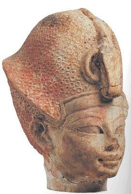 Cabeza de estatua de Amenofis III (Amenhotep III), R.Nuevo, XVIII Din. El Cairo, Museo Egipcio. Cabeza de estatua de arcilla estucada y pintada. En sus representaciones se puede seguir la evolución de la escultura durante su reinado. Partiendo de una estilización de sus representaciones, busca un equilibrio compositivo cada vez más refinado, cambio radical del tradicional modelo regio. Las imágenes del monarca durante los últimos años muestran rasgos infantiles, preludio del estilo de…