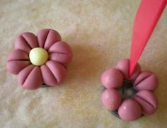 Easiest Polymer Clay flower - quickie picture tute in French.   #Polymer #Clay #Tutorials