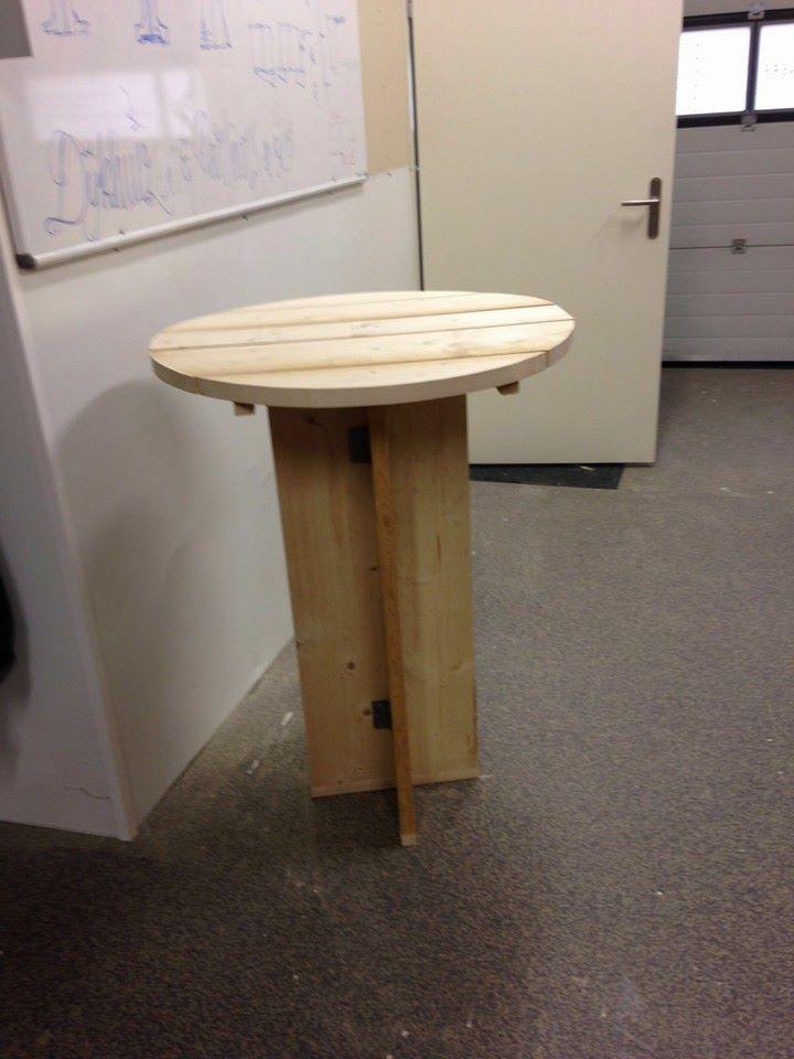 Een handige opvouwbare steigerhouten statafel gemaakt met steigerhout van Jongeneel Binckhorst.
