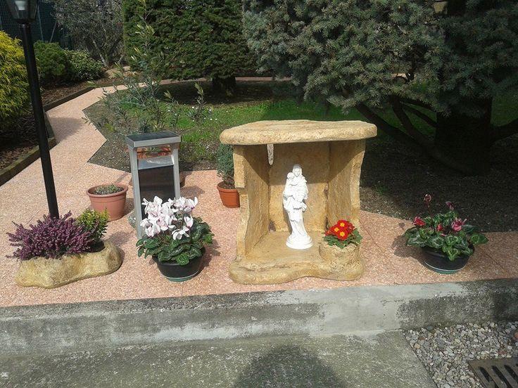 Statua della Madonna con bambino, in marmoresina e nicchia per Madonna, in finta roccia a scaglie, colore: old stone. Località: Castiglione Olona (Varese).