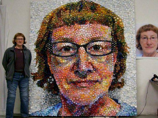 Мозаичный автопортрет из семи тысяч бутылочных крышек