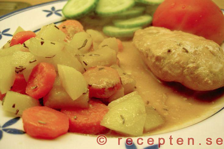 Kyckling i mustsås - Enkelt recept med julmust och kyckling. Tid: 25 minuter. 4 portioner. Bryn kyckling. Blanda crème fraiche, julmust, ingefära, rosmarin. Låt koka 10 min. Servera.