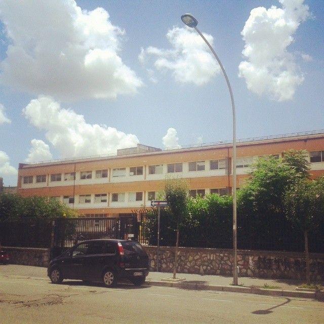 Fuori al liceo scientifico dove ho studiato, il primo giorno dell'esame di maturità :)