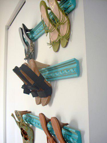 Zapatos en orden sobre tramos de moldura de madera.... fácil, bonito, barato.