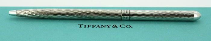 Tiffany & Co - Vintage zilver balpen Londen 2007  Vintage zilver balpenHallmarked Londen 2007Ontwerper: Tiffany & Co (Duitsland)Volledig hallmarked.Afmeting-Pen van grootte: 118 x 07 cmGewicht: 14 gramVoorwaarde: Algemeen gebruikt kleine oppervlakte slijtage over het algemeen uitstekende staat met geen schade zie foto's.Wordt geleverd in de originele doos en Reisetui.Item zal veilig worden verpakt en verzonden uit via bijgehouden en verzekerde post binnen twee tot drie werkdagen.  EUR 1.00…
