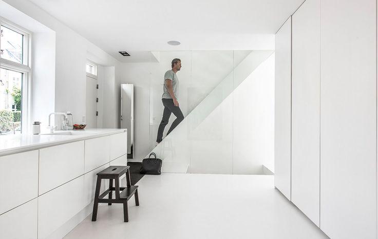 """<p class=""""bodytext"""">Køkkenet er fra Svane og holdt i hvidt. Glasvæggen ved trappen erstatter et ..."""
