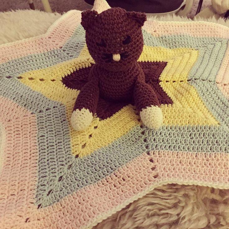 Tokigt fin filt. Sinnessjukt ful katt jaja man kan väl inte lyckas jämt #snuttefilt #babytillbehör #virka #virkat #virkning #crochet #crochetblanket #amigurumi #star by trollpopcorn