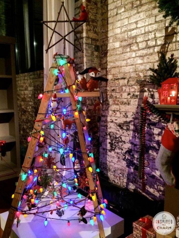 Un original árbol de Navidad hecho con una escalera y unos pocos detalles