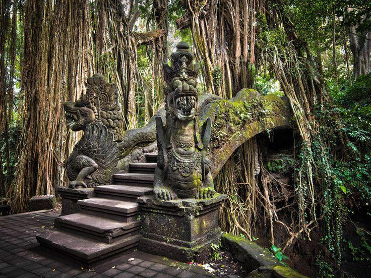 L'Indonésie : Un pont orné de deux dragons dans la Monkey Forest près d'Ubud.