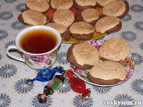 Шоколадное печенье с ореховым безе