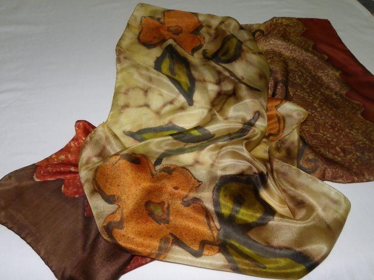 Linda echarpe de seda pongé 5, pintada à mão, com técnica mista, com flores alaranjadas por toda a seda. Feminina e clássica, ideal para compor o seu guarda-roupa. Pode ser usada de várias formas.