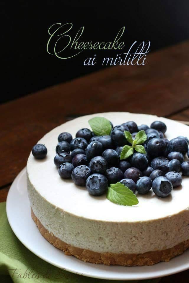 Cheesecake ai mirtilli freschi. Veloce, una ricetta facilissima ma soprattutto senza cottura in forno. Un fantastico e goloso dessert per l'estate.