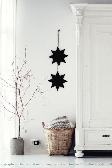 Delikatnie rustykalny mebel + proste tło Biel/czerń/szarości/naturalne drewno