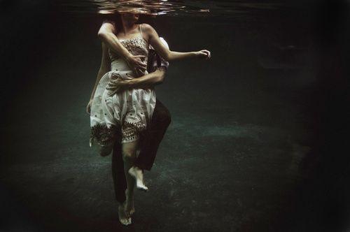 underwater engagement photos! stunning.