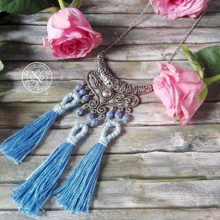 Kék-antikolt ezüstszínű, feltűnő nyaklánc - 3990 Ft  Díszes, antikolt ezüstszínű, nagyméretű medál kék gyöngyökkel és kézzel készült, különleges bojtokkal. Igazán látványos darab, akár a fesztiválos, akár a farmernadrágos-fehér pólós szettedet feldobhatod vele. A nyaklánc hossza: 57 cm