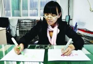 Ragazza cinese scrive contemporaneamente con entrambe le mani in lingue diverse