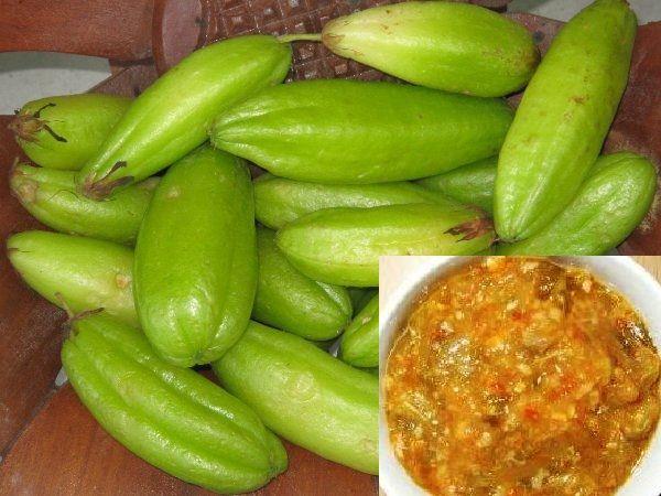 Dit is het tweede recept dat is ingezonden door Reshma uit Rotterdam. Lees ook het eerste recept Gebakken rijst (Bhoedjel bhaat) dat zij heeft ingezonden. Birambie Tjatnie ook wel Birambie chutney is een Hindoestaanse sambal dat gemaakt wordt van de tropische vrucht birambie. Benodigdheden: - 250 gram birambie - 5 teentjes knoflook - 6 rode…