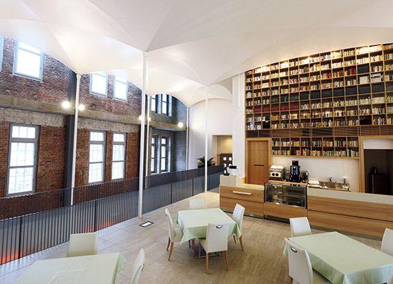 大正15年に〈北海道庁立図書館〉として建てられたセセッション様式の建物を安藤忠雄が改修。人気の北海道スイーツ店〈北菓楼〉の旗艦店としてオープンした。