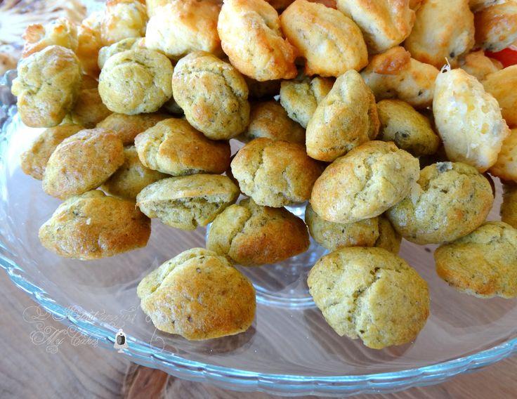 Ça y est, je viens enfin de tester ces petites madeleines salées tout droit sorties du livre « Mini madeleines » de chez Marabout. Je raffole de cette collection. Une recette de base que l'on adapt…