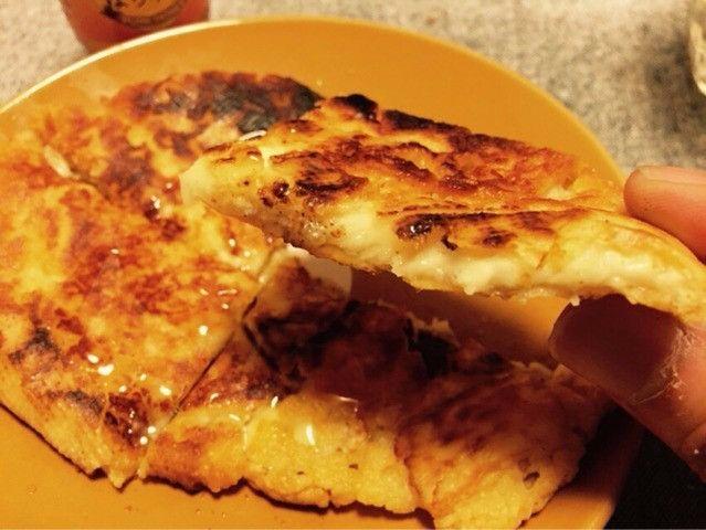 記事提供:NewsACT ピザかな?パンかな?チヂミかな? 先日レポートした、蒸しガニがどっさりお通しとして出るダイニングバー「Caned Crab Bar」で食べた「丸ごとカマンベールの蜂蜜がけ」を自宅で再現してみました。
