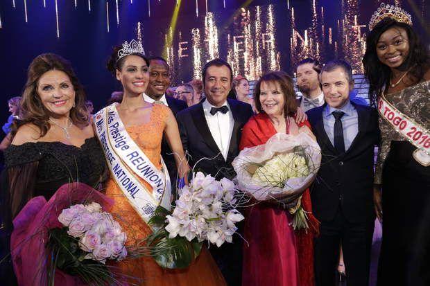 Cécile Bègue en compagnie du jury, de la présidente du comité et de Bernard Montiel
