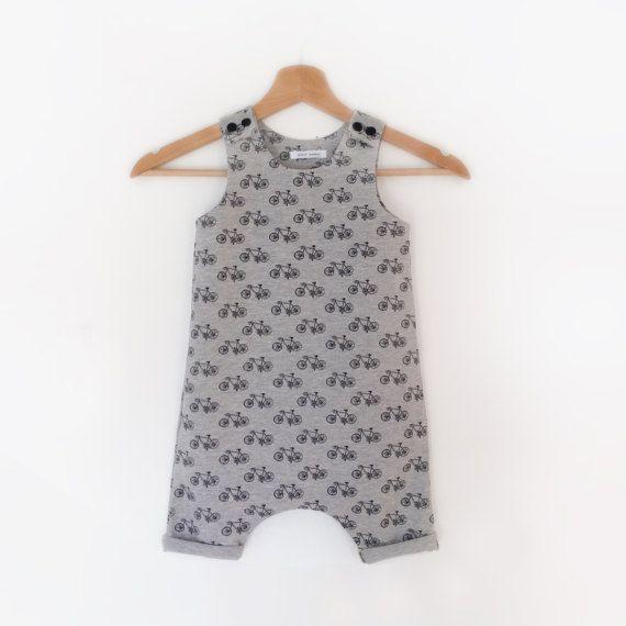 Un vêtement 100% confortable, pratique et stylé. Réalisée en jersey tout doux, elle laisse à votre enfant toute l'amplitude de mouvements dont il a besoin. Cette salopette sarouel craquante est très facile à enfiler ( même pour les bébés les plus récalcitrants ) et se ferme par des boutons pressions plastique sur les bretelles. la coupe est bien loose, pour un joli tombé sarouel.   Elle est bien sûre réalisée entièrement à la main dans mon petit atelier du nord de la France.  Le haut de la…
