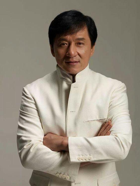Jackie Chan est né le 7 avril 1954 à Hong Kong. Il est acteur mais aussi chanteur (chantant pour la plupart de ses films HK).