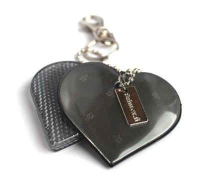 Jin Jang -sydänheijastin, musta | heijastinkauppa.fi ---in Jang -sydänheijastin on kovan prismaheijastimen ja pehmoheijastimen sekoitus.  Uutuusväri kokomusta!