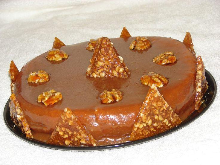 TORT DE CARAMEL : cu blat pandispan umplut cu crema caramel si ornat cu nuci caramelizate si nougatine. Ingrediente:zahar, unt 60% grasime, smantana naturala , oua si nuci