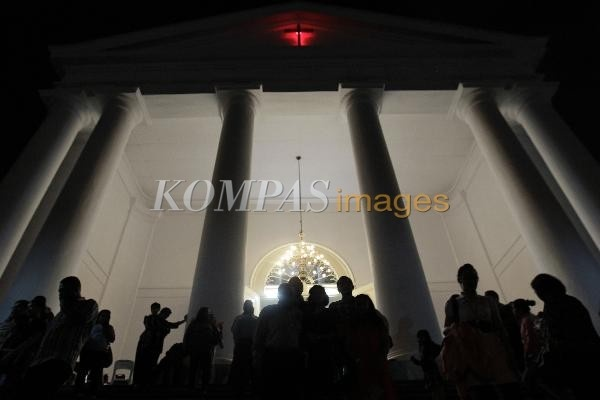 Malam Natal  Warga usai mengikuti kebaktian malam Natal di GPIB Immanuel, Jakarta Pusat, Senin (24/12/2012). Umat kristiani di seluruh dunia melakukan kegiatan misa malam Natal tiap tanggal 24 Desember.