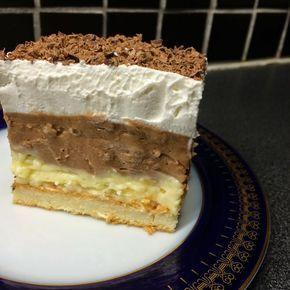 Prajitura cu crema de ciocolata si vanilie este un desert exceptional, usor de preparat. Garnisirea cu frisca si ciocolata, ii confera prajiturii un aspect de preparat savuros.