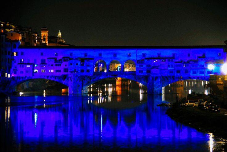 Ponte Vecchio in blu: durante le feste di Natale il festival #flightfirenze illumina i principali monumenti di Firenze quali piazza Pitti, la Chiesa di Santo Spirito, piazza San Firenze...