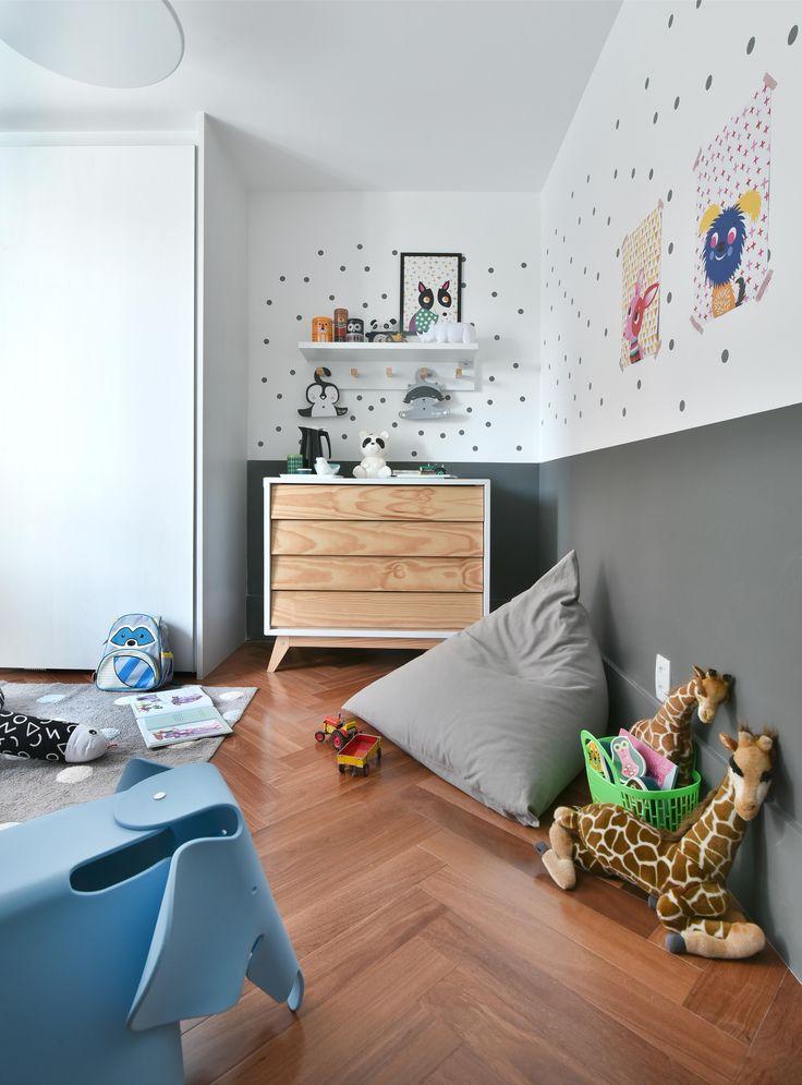 Quarto cinza maravilhoso com muito @amomooui e projeto da Pro.a Arquitetos. A cor neutra das paredes e da cama é quebrada pelos toques de cores da roupa de cama e decoração ao redor. A parede é um dos destaques: com muitos adesivos, pôsters e régua de altura É Festa!#quartocinza #kidsroom #quartomoderno#camacasinha #quartocolorido