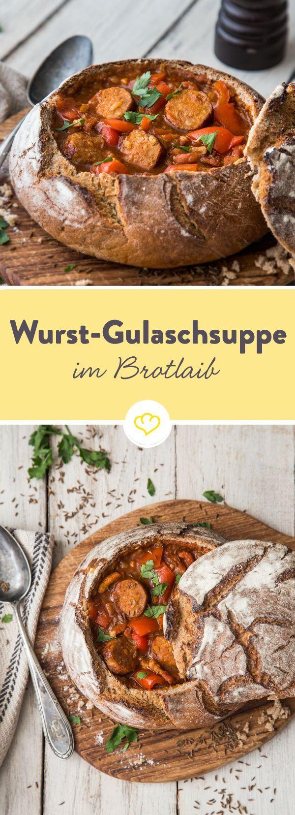 Heute unter knusprigem Brotdeckel: Dampfende Gulaschsuppe mit Zwiebeln, Speck, Paprika und Bratwürstchen - ganz ohne langes Schmoren.