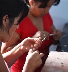 Plan Suomi on toteuttanut yhteistyössä Finperexin ja Heimo-Koru Oy:n kanssa hopeakorusarjan, joka on valmistettu reilun kaupan periaatteella Perussa. Korujen tekijät, neljä naista ja yksi mies, ovat lähtöisin köyhistä oloista ja työ takaa heille korvauksen ammattitaitoisesta työpanoksesta. Koruissa on yhdistetty Andien alueen perinteistä Manta-kangasta, jossa paikalliset naiset ovat kantaneet lapsiaan vuosisatojen ajan. Tuet sekä Munay Rumi -ryhmää Perussa että Planin työtä lasten hyväksi.