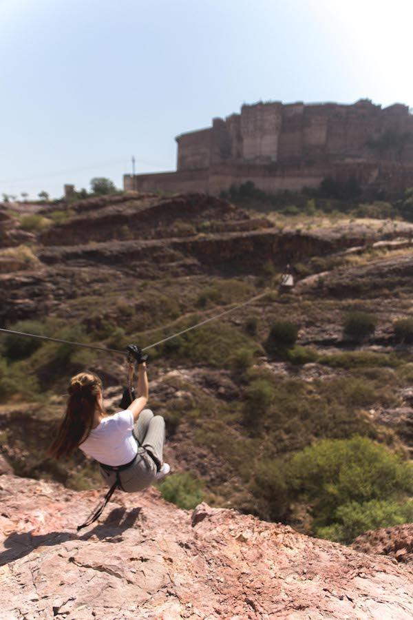 INDIA, JODHPUR | Wanneer je in Jodhpur bent, mag je het ziplinen met Flying Fox zeker niet overslaan! Lees hier alle tips en informatie over het ziplinen in Jodhpur.