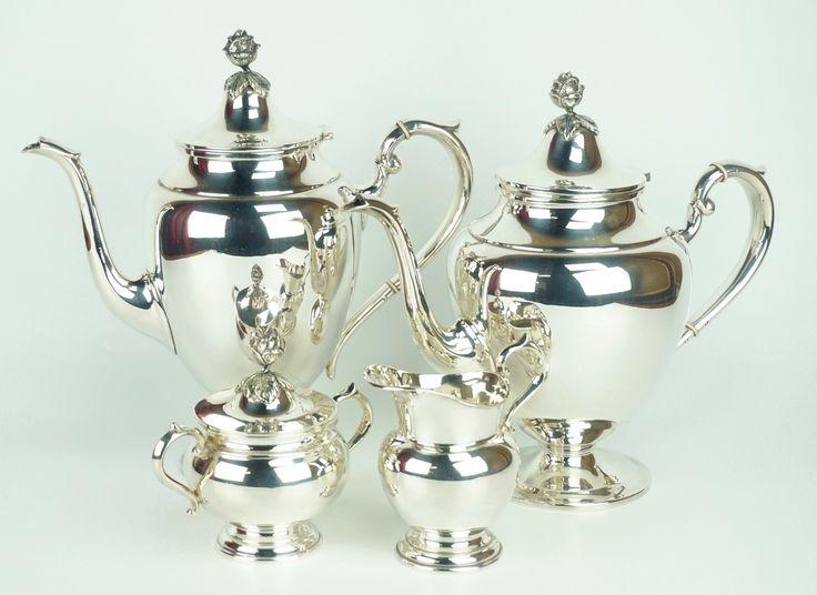 Een 4-delig 1e gehalte zilveren koffie- en theeservies, knopjes in de vorm van rozen, Gebrüder Kühn, Duitsland, h. 11.5-25.5 cm, 1603 gram.