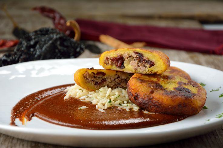 Te presentamos una deliciosa receta, son las tortitas de plátano macho rellenas de carne molida con mole negro oaxaqueño. Es una preparación muy sabrosa, y más si utilizas el Mole Negro Almendrado Estilo Oaxaca Cocina Mestiza®.