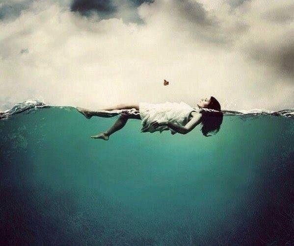 Io non voglio costringere nessuno a restare. Non voglio trattenere... Non si può imbottigliare il mare, lo si può solo amare.