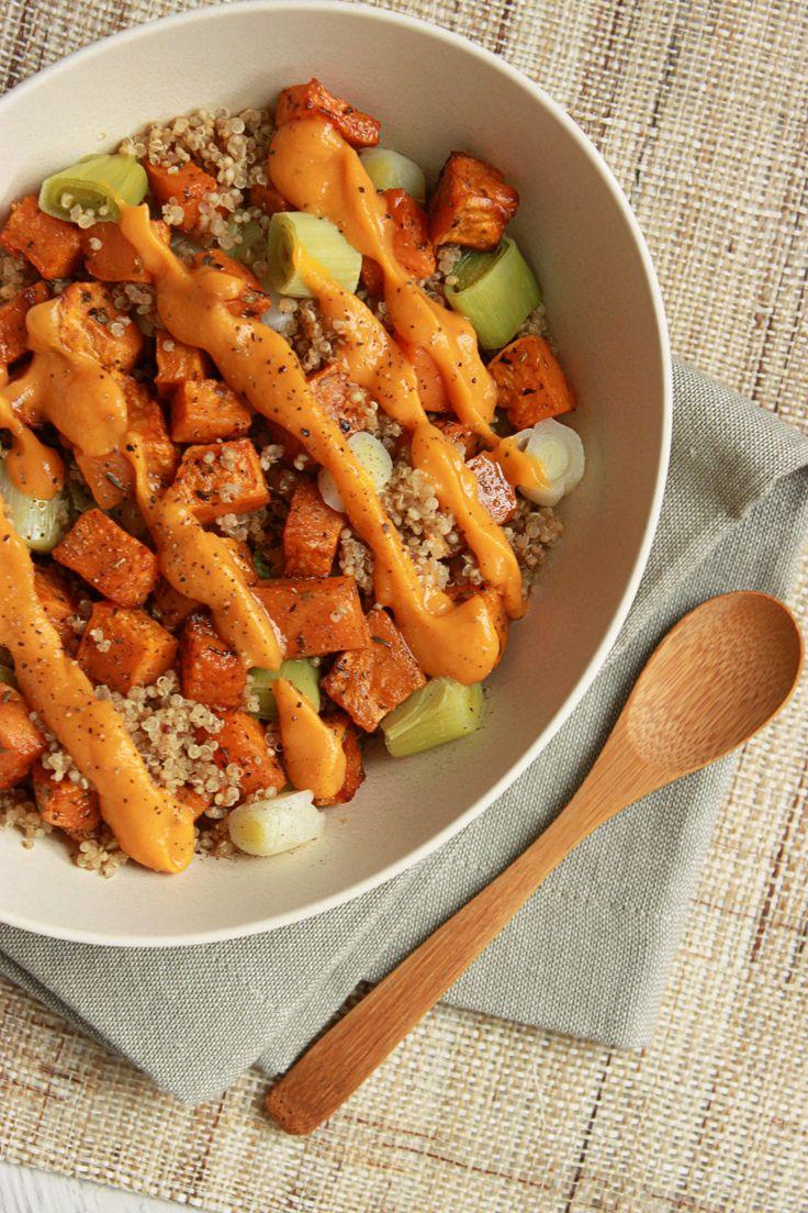 Veggie bowl quinoa, patate douce rôtie et poireau Une salade tiède pour un plat équilibré de tous les jours.