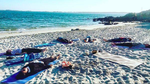 Alors on a testé le beach yoga. L'odeur de la plage, le bruit des vagues, le vent sur la peau, le coucher de soleil…. Pfiou !
