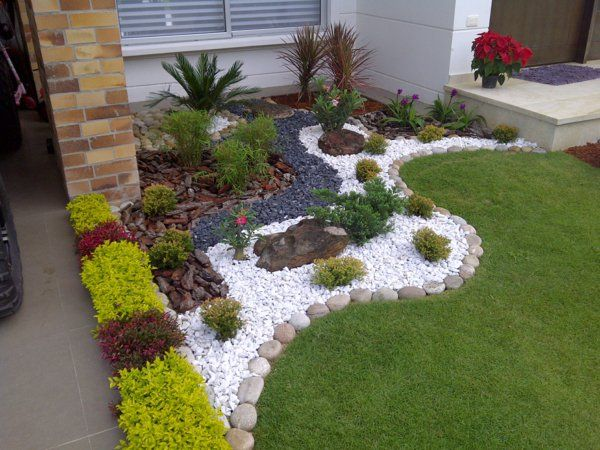 gartengestaltung gartenideen grünes gras runde steine kieselsteine plamen plfanzen vorgarten