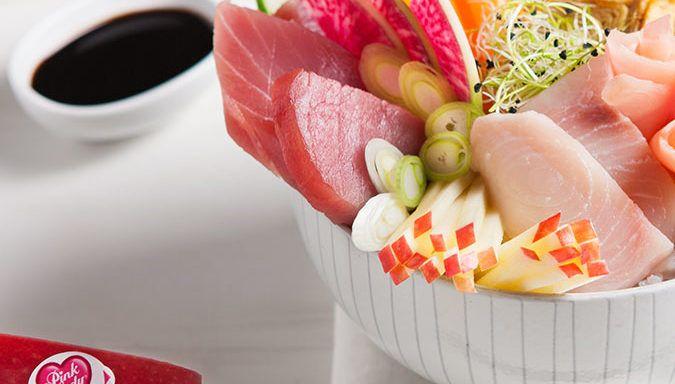 In dit begin van het jaar nemen we een smakelijke pauze met een nieuw recept van Pink Lady®. Een frisse en kleurrijke compositie die perfect past bij deze periode na de feestdagen. De Japanse chirasi van rode tonijn en zwaardvis is gecombineerd met Pink Lady® appels en knapperige zoetzuur gemarineerde groenten; een ode aan de smaken van de zee en het fruit. Een bedje van met azijn aangemaakte rijst en een geraffineerde omelet met sojasaus begeleiden dit lichte en lekkere recept. De meer…
