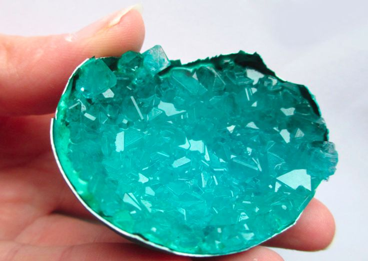 Des cristaux pour agrémenter notre intérieur,  à  faire nous-mêmes,   Dans une coquille d'œuf Il vous faut: Une demie-coquille d'œuf propre et sèche De la poudre de pierre …